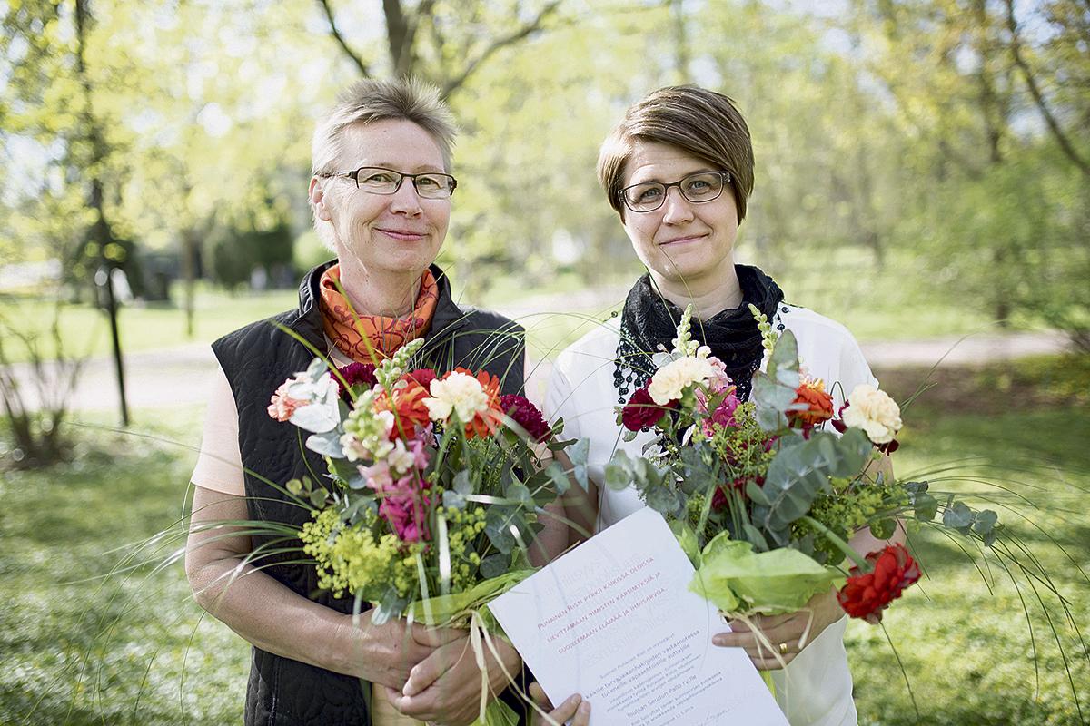 Inhimillinen Kädenojennus 2016. Palkinto jaettiin vuonna 2016 turvapaikanhakijoiden kanssa työskennelleille. Kuvassa Marianne Luukkanen (vas.) ja Marika Seppälä Joutsan Seudun Pallo ry:tä edustamassa. Kuva: Tatu Blomqvist / [...]</aside><a class=